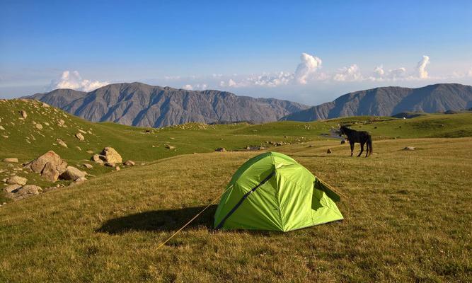 Tschegedek-Tal, Zelt im Vordergrund