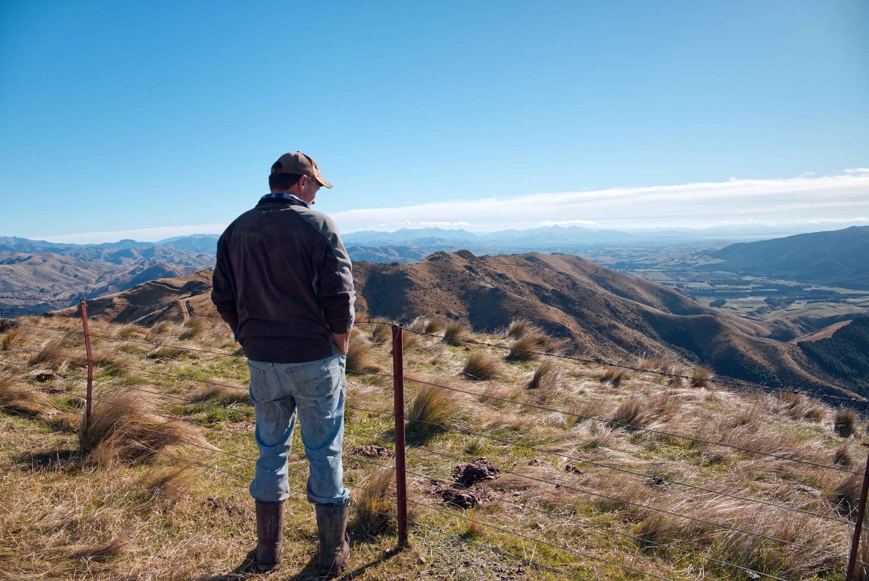 Bruce blickt auf die weite Landschaft