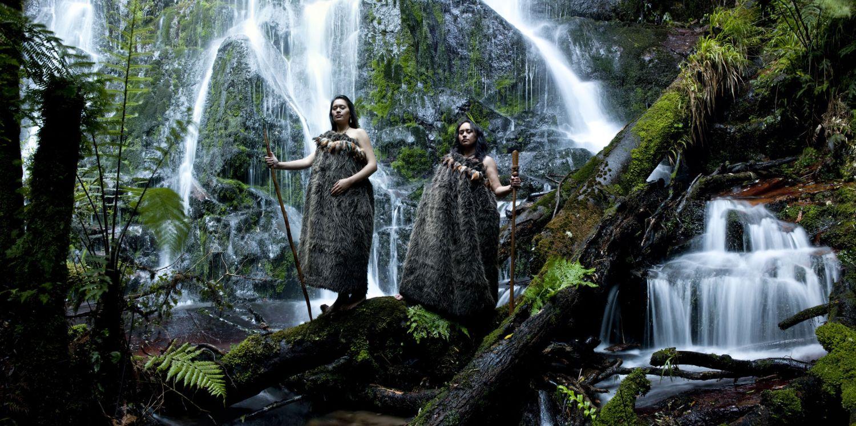 Maori-Frauen vor einem Wasserfall