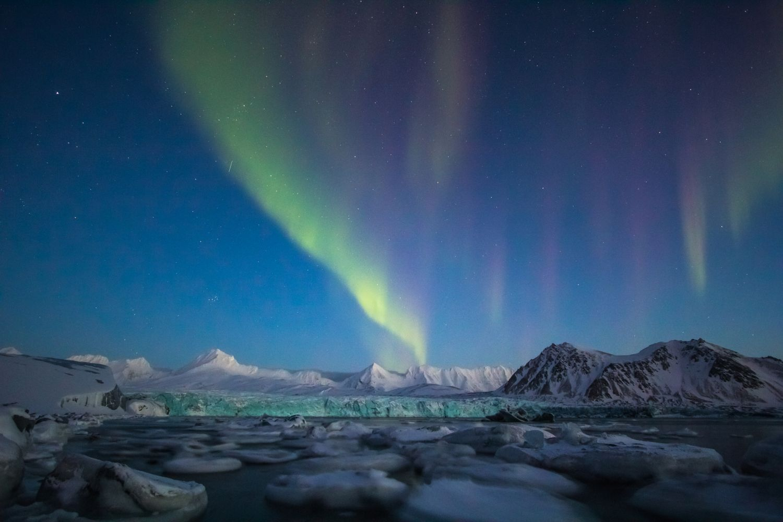 Polarlicht über Eisbergen. Eine gute Chance besteht, diese in Grönland zu Gesicht zu bekommen.
