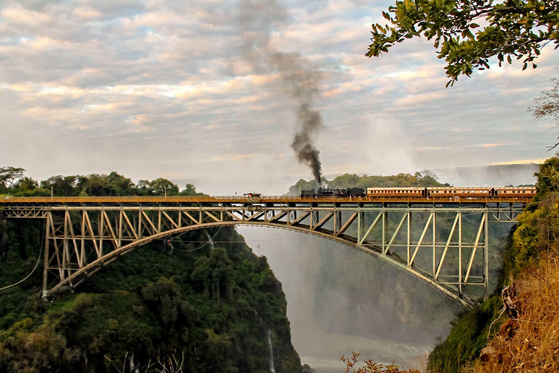 Zug am Victoria Wasserfall in Simbabwe