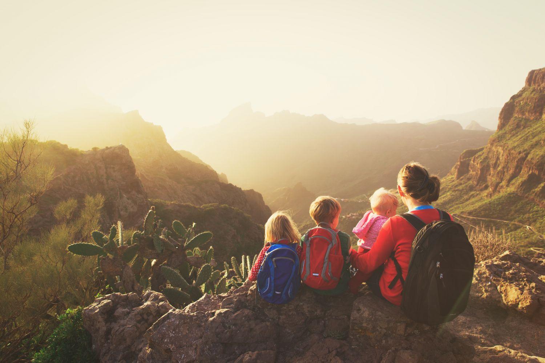 Frau mit drei Kindern auf Berggipfel