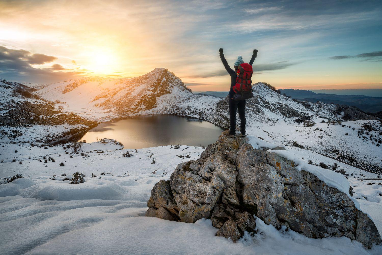 Wanderin steht auf Gipfel